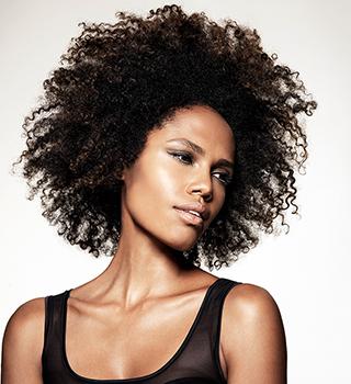 Pour hydrater vos cheveux afro, il faut préconiser une huile végétale comme par exemple l'huile de baobab bio Baoil.